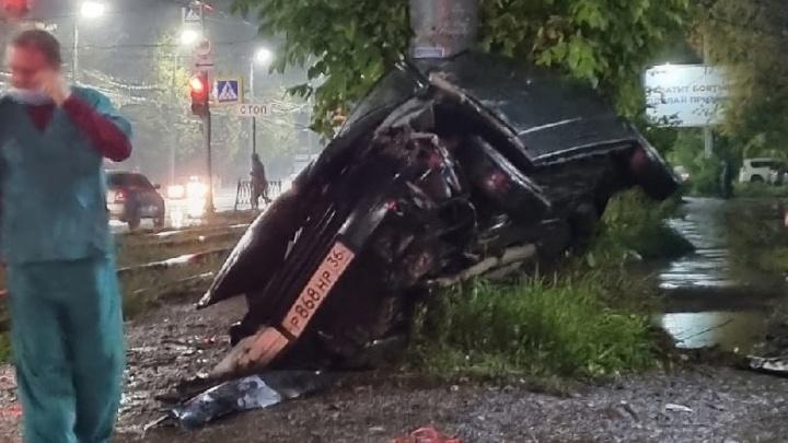 Врезалась в столб и перевернулась: в центре Ярославля легковушка вылетела с дороги