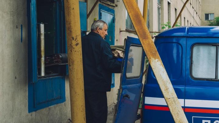 «Не продашь— ничего не получишь»: омских почтальонов заставляют навязывать продукты старикам