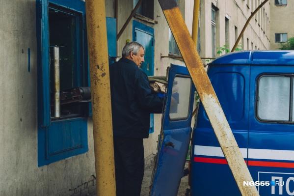 В отдаленных селах почта давно выполняет не только свою прямую задачу, но и функцию магазина на колесах. Но с планами продаж не справляются даже деревенские почтальоны