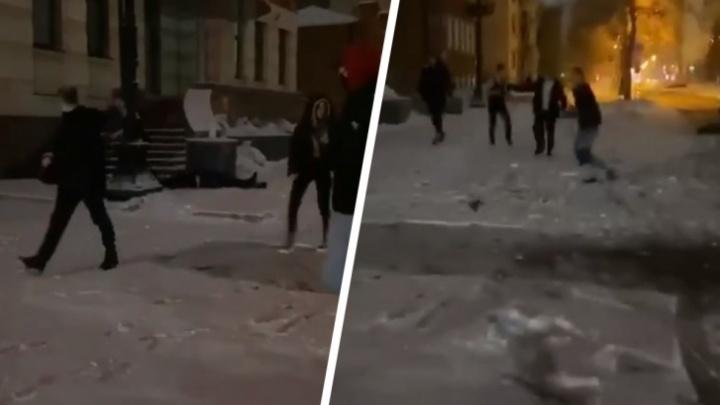 Полиция задержала двух подозреваемых в нападении на лежачего мужчину возле дома на Ядринцевской