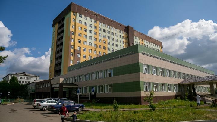 Воды по щиколотку: в Сосновоборске затопило единственную поликлинику на весь город