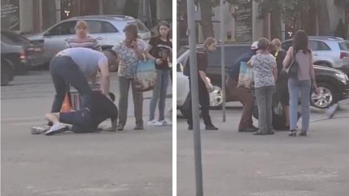 В центре Екатеринбурга автомобилист избил пешехода. Видео