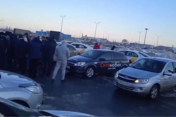В акции, по подсчетам наблюдателей, участовали около 100 таксистов