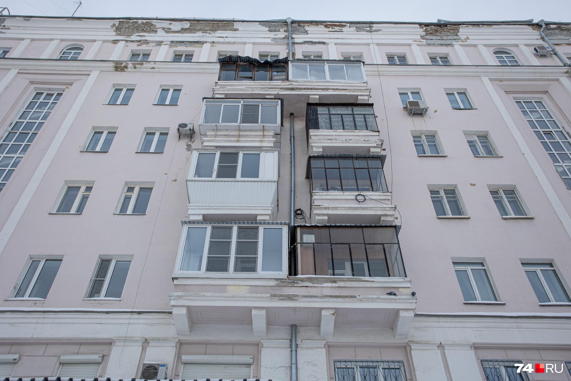 Труба вплотную прилегает к балкону, и, чтобы ее отремонтировать, придется убрать остекление