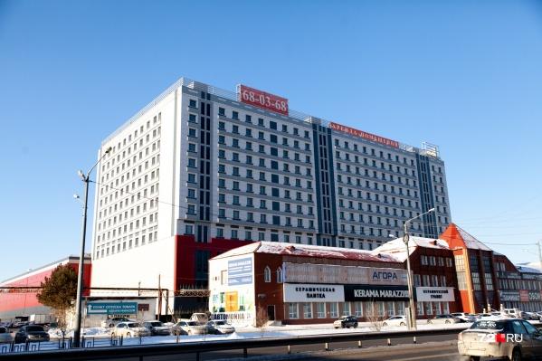 Трехэтажное здание, закрывающее офисный центр, снесут, чтобы открыть фасад высотки