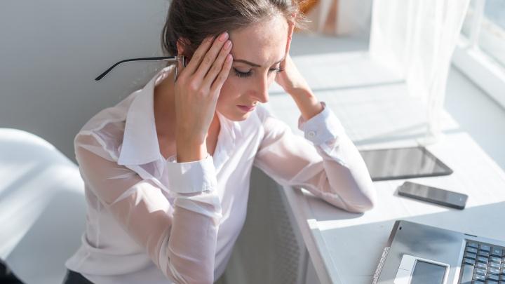 Раскалывается голова, ломит суставы, болит спина: врач рассказал, что делать при метеозависимости