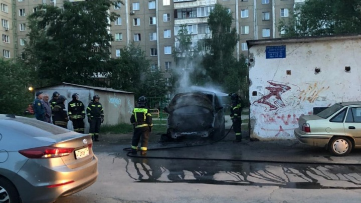 Поджог машины по доставке воды на Северо-Западе Челябинска попал на видео