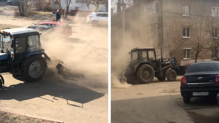 Коммунальщики устроили пылевую бурю во время уборки ярославских дорог. Видео
