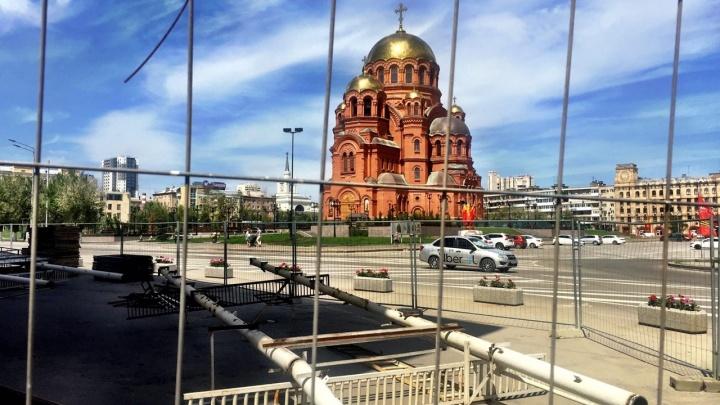 Дорогие машины, строительные заборы и герань: как выглядит главная площадь Волгограда спустя неделю после парада