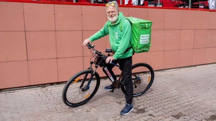 В Челябинске «зачетный дед», у которого угнали велосипед, вернулся к работе на новых колесах