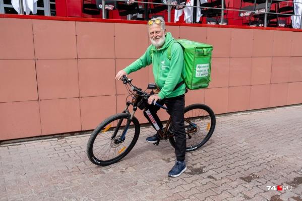 Александр Шкробот вышел на работу на новом велосипеде, деньги на который помогли собрать челябинцы