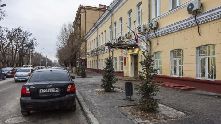 «Стукнет — мало не покажется»: гирлянды у Волгоградоблстата грозят прохожим ударом тока
