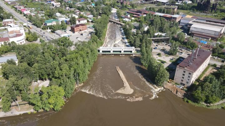 «Нужно сбросить еще метр воды». Как выглядит Нижняя Салда после наводнения