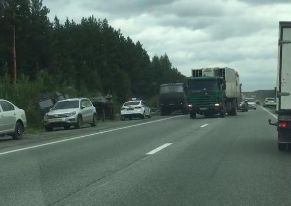 На ЕКАД армейский грузовик улетел в кювет