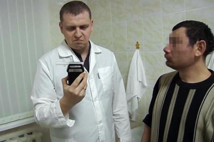 Алкотестер сломался от количества выпитого первым посетителем вытрезвителя в Челябинске<br>