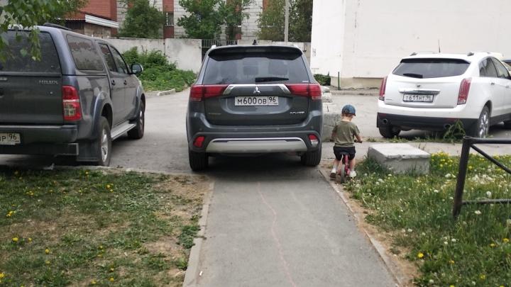 «Я паркуюсь как...»: автохамам Екатеринбурга плевать на пешеходов, но есть свет в конце тоннеля