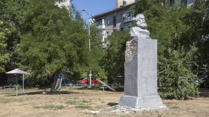 В Волгограде завершили восстановление рассыпающегося памятника Карлу Марксу