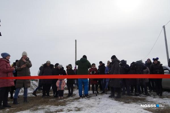 Жители деревни Редкое пришли посмотреть на вышку связи вместе с детьми