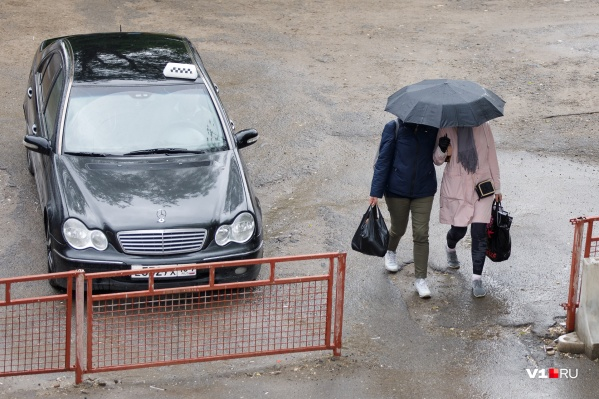 Куртки и зонты убирать еще слишком рано