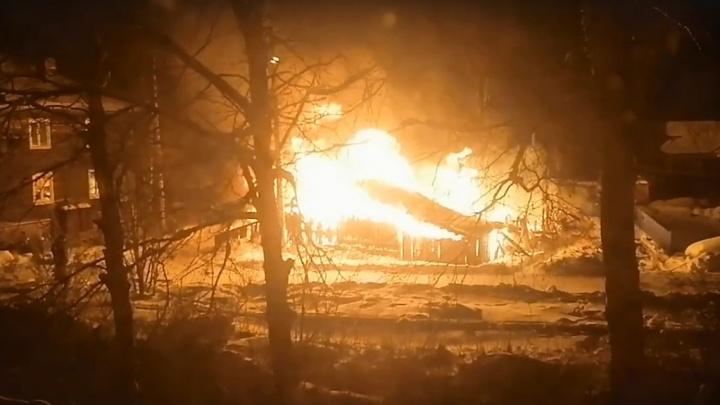 Ночью на Кегострове горели дом и сараи. Местные жители боятся регулярных поджогов