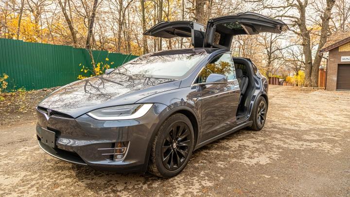 «Машину не нужно ни заводить, ни глушить»: знакомимся с электромобилем Tesla X