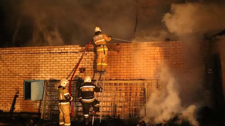 В Кургане ликвидировали крупный пожар на улице Омской