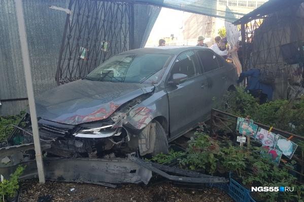 Повреждены оба автомобиля, ограждение и саженцы