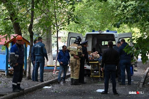 На носилках — пострадавший от взрыва