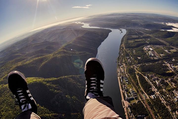 Фотограф сделал красивые снимки окрестностей Красноярска во время полета на мотопараплане
