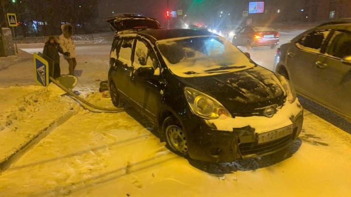 В Екатеринбурге на девушку упал дорожный знак, в который врезался Nissan