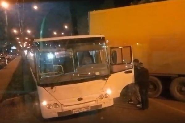 Фура ударила автобус задней частью