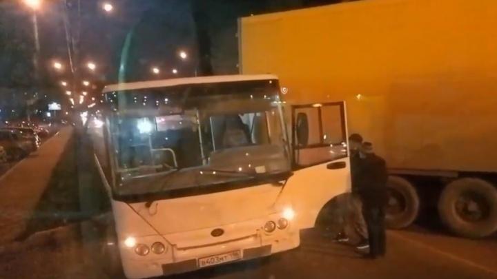 В Каменске-Уральском фура столкнулась с пассажирским автобусом