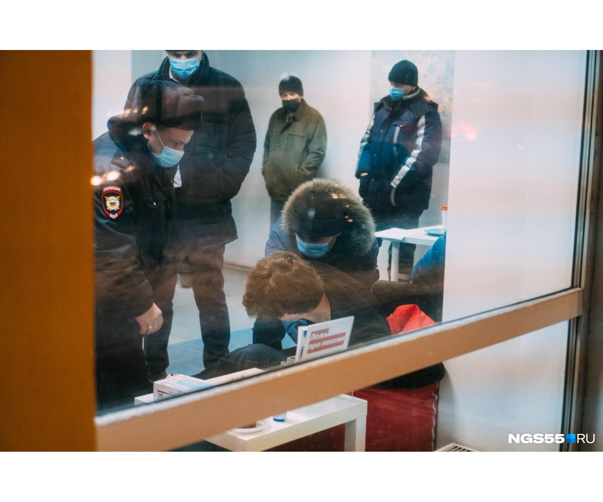 Снимать не разрешили не только нашему фотографу, но и членам штаба. Они утверждают, что при малейшей попытке зафиксировать происходящее на камеру телефоны пытались отобрать