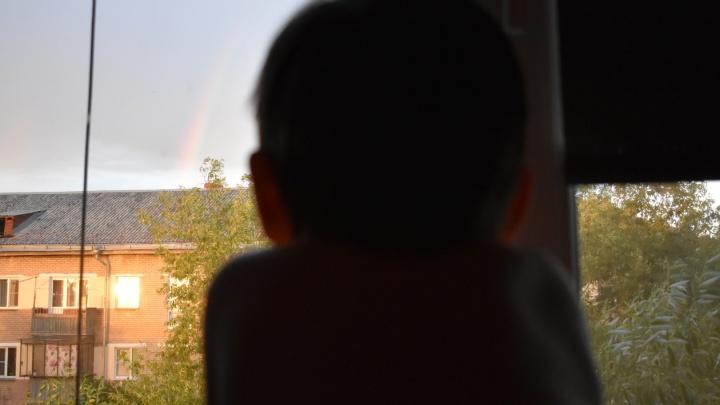 В Копейске из окна выпал двухлетний мальчик