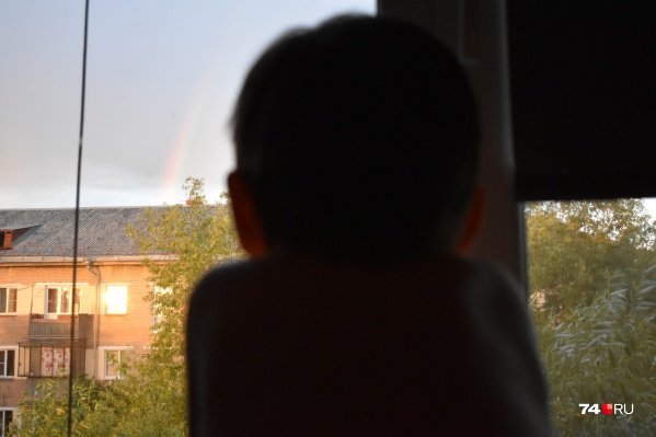 Малыш облокотился на окно, когда мама ненадолго выпустила его из виду