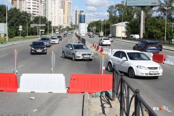 Водителям, которые едут в сторону Кольцово, обещали открыть две дополнительные полосы. Но этого так и не произошло