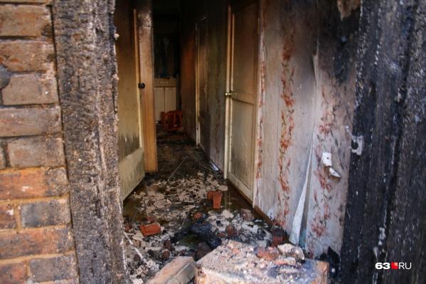 Выяснилось, что ребенок с семьей жил в пристрое к сгоревшему складу