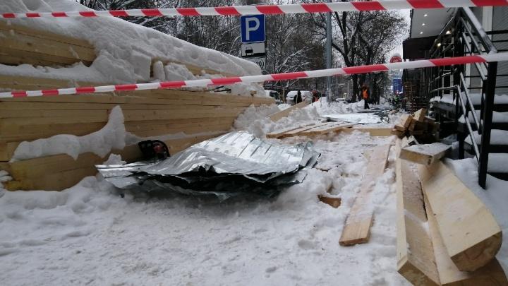 В Перми скончалась 70-летняя женщина, на которую обрушился строительный переход