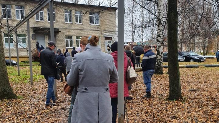 В Ярославле люди несколько часов стояли под дождем в ожидании ПЦР-тестов