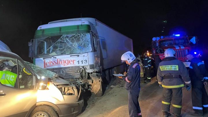 Микроавтобус из Кузбасса попал в ДТП с фурой в Новосибирске. Семь человек пострадали