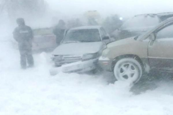 В массовых ДТП на трассах люди замерзают в ожидании помощи