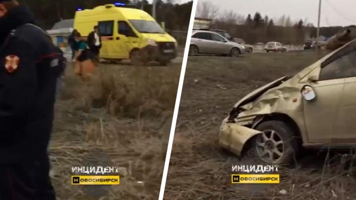 Около Нижней Ельцовки перевернулась иномарка — водитель вылетел изсалона