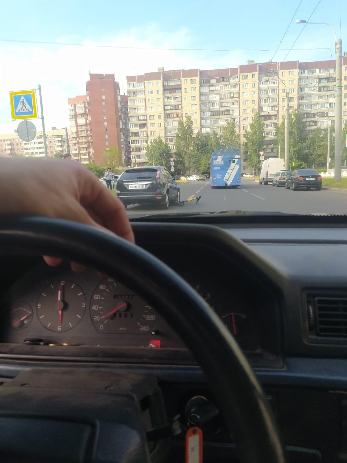 Форд сбил женщину с ребёнком на электросамокате в Петербурге