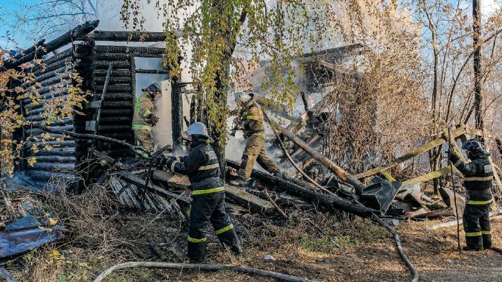 Огонь и дым видно с набережной: пермяки сообщают о пожаре в Средней Курье