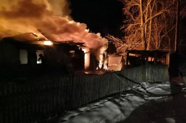 Сперва загорелась баня, и потом огонь перекинулся на дом