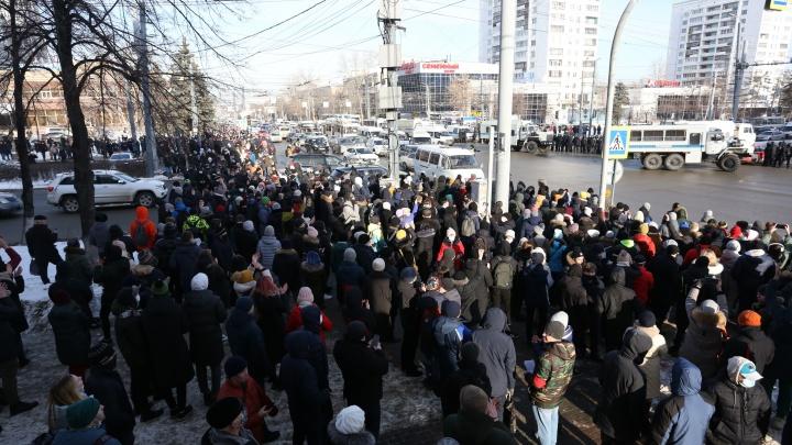 В Челябинске силовики перекрыли дорогу участникам несанкционированного шествия, дошло до столкновений