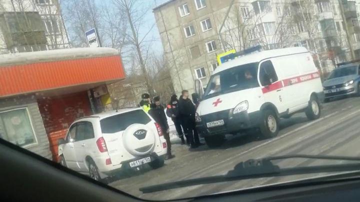 Иномарка протаранила остановку в Ачинске. Сидевший на лавочке дедушка погиб