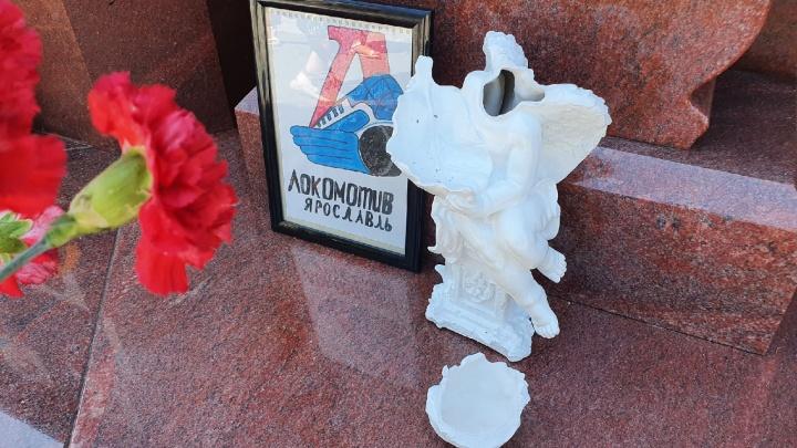 В Ярославле вандалы разбили скульптуру у мемориала погибшим игрокам «Локомотива». Фото