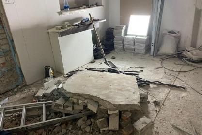 Рабочих придавило куском стены