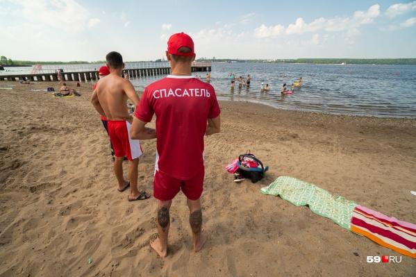 На пляже КамГЭС дежурит 12 матросов-спасателей